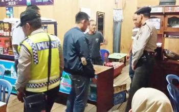 Sejumlah aparat sedang melakukan penggerebekan di salah satu warung makan yang menjual miras, Senin (8/5/2017) malam.