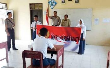 Kapolsek Sukamara, Iptu A Syaukani saat meberikan materi kepada pelajar SMP 2 Petarikan Kecamatan Sukamara.