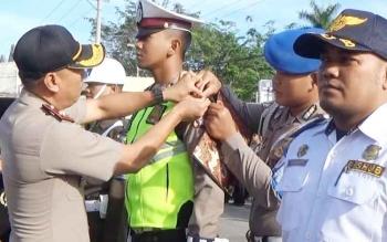 Waka Polres Kotim Kompol Bronto Budiono sedang melakukan penyematan pita tanda operasi terhadap anggota Mapolres, di Sampit, Selasa (9/5/2017).