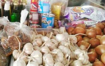 Bawang putih yang dijual pedagang Pasar Saik Kuala Pembuang.