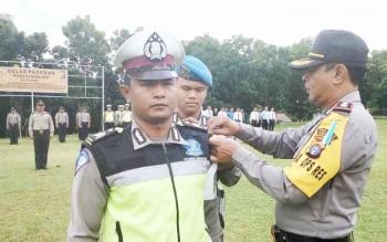 Wakapolres Lamandau, Kompol Imam Riyadi, saat menyematkan pita operasi kepada salahsatu anggota simbol dimulainya operasi patuh telabang, Selasa (9/5/2017).