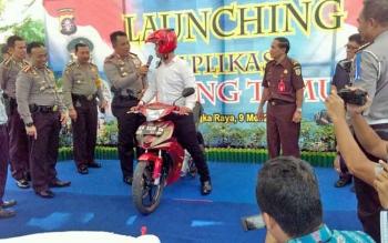Joko, salah satu warga yang sempat kehilangan motornya selama satu tahun mengambil di Polda Kalteng. Joko menjawab pertanyaan Kapolda Kalteng Brigjend Anang Revandoko terkait kapan hilangnya, Selasa (9/5/2017)