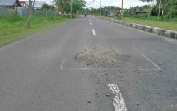 Salah satu bagian badan jalan Soekarno Kuala Pembuang yang sudah rusak karena terkelupas dan berlobang.