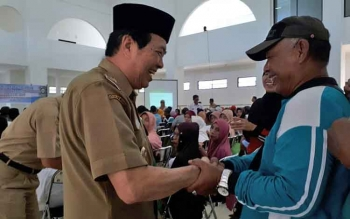 Wakil Bupati Kotim Taufiq Mukri, saat menyapa para jamaah calon haji di Islamic Center, Selasa (9/5/2017)