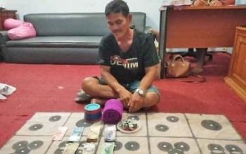 Kakek bandar dagur bersama barang bukti diamankan di Polsek Dusun Selatan