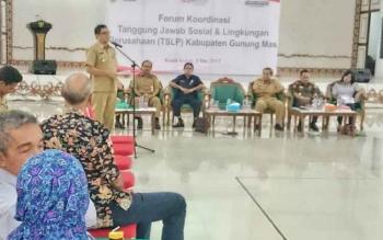 Wakil Bupati Gunung Mas Rony Karlos membacakan sambutan saat Lokakarya Forum Koordinasi CSR, Selasa (9/5/2017)