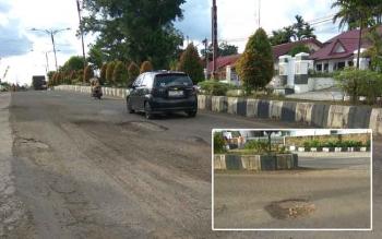 Kondisi Jalan Achmad Yani di Tamiang Layang yang tampak banyak kerusakan.