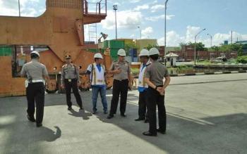 Kapolres Kotim AKBP Johanes Pangihutan Siboro bersama sejumlah perwira dan anggotanya sedang memantau Pelabuhan Bagendang.