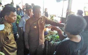 Bupati Pulang Pisau H Edy Pratowo saat berbincang dengan pedagang di Pasar Patanak.