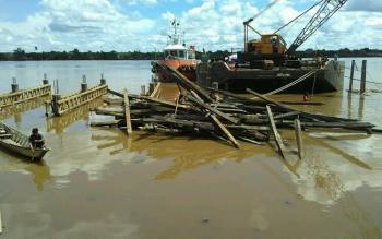 Tumpukan material kayu bekas Dermaga Patanak yang lama saat dikumpulkan pelaksana proyek yang sedang melaksanakan pembangunan dermaga