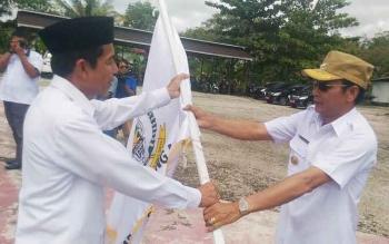 Bupati Gunung Mas Arton S Dohong (kanan) menyerahkan bendera kontingen STQ kepada ketua rombongan M Rusdi, Rabu (10/5/2017).