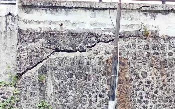 Tampak retakan panjang dan menganga sepanjang sekitar tiga meter pada salah satu siring oprit jembatan Seruyan.