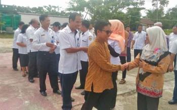 Anggota DPRD Kabupaten Gunung Mas Herbert Y Asin menyalami kafilah yang akan mengikuti STQ di Puruk Cahu, Kabupaten Murung Raya, Rabu (10/5/2017).