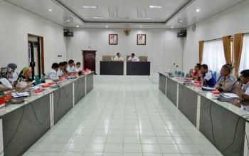 Asisten Pembangunan dan Kesra Pemkab Barito Utara, Jupriansyah bersama Kepala Disperindagsar Hajrannor memimpin rapat persiapan pasar Ramadan