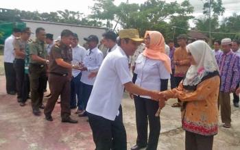 Bupati Gunung Mas, Arton S Dohong bersalaman dengan para kafilah yang akan mengikuti STQ di Kabupaten Murung Raya, Rabu (10/5/2017)