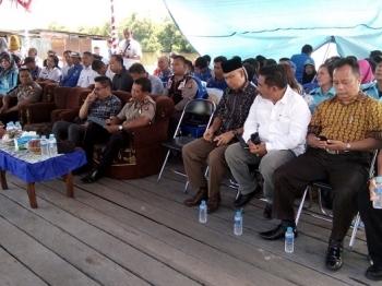 Anggota DPRD Kota Palangka Raya Abdul Hayie, M Yusran, dan Jumatni (dari kanan) duduk paling depan saat acara sosialisasi di Dermaga Kelurahan Petuk Katimpun, Rabu (10/5/2017)