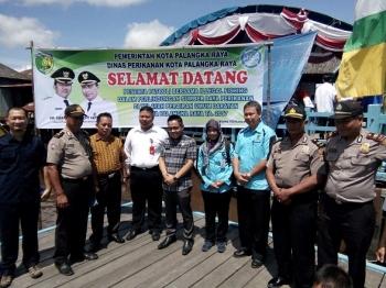 Anggota DPRD Kota Palangka Raya, Abdul Hayie dan Alfian Batnakanti foto bersama dengan jajaran kepolisian sebelum mengikuti patroli ilegal fishing ke Danau Hanjalutung, Rabu (10/5/2017)
