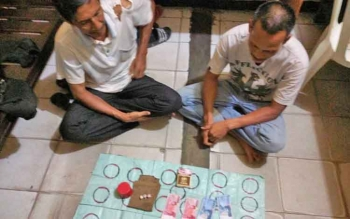 Dua tersangka judi dadu gurak yang ditangkap Polsek Ketapang.