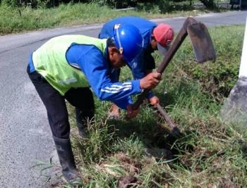 Dua karyawan PDAM Palangka Raya sedang membersihkan lokasi gate valve sebelum dilakukan pembersihan pipa