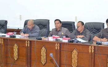 Anggota DPRD Barito Utara, H Purman Jaya bersama H Asran dan H Abri saat mengikui rapat pembahasan.