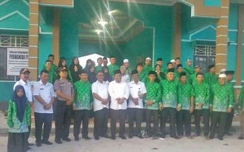 Bupati Katingan Ahmad Yantenglie bersama kafilah STQ yang akan bertolak ke Murung Raya, Rabu (10/5/2017).