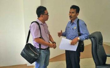 Humas PT MPGM, Abidin (kiri) saat berbincang dengan Wakil Ketua II DPRD Barut, H Acep Tion