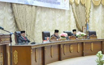 Ketua DPRD Barito Utara, Set Enus Y Mebas memimpin rapat paripurna