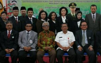 Umar Wahid (tengah) diapit Kepala Dinkes Kalteng Suprastidja Budi dan Pejabat Sekda Sahrin Daulay