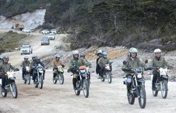 Presiden Joko Widodo naik motor trail untuk menjajal kondisi jalan Trans Papua yang baru dibangun