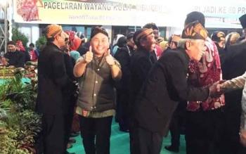 Gubernur Kalteng Sugianto Sabran mengenakan blangkon saat menghadiri acara pagelaran wayang kulit yang diselenggarakan oleh Pakuwojo, Rabu (10/5/2017) malam ini
