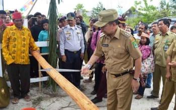 Kedatangan Bupati Kapuas Ben Brahim S Bahat ke Desa Kaburan disambut dengan tradisi Potong Patan sesuai dengan adat istidat Kapuas Ngaju, Rabu (10/5/2017)