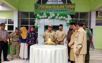 Bupati Sukamara, Ahmad Dirman saat meresmikan klinik terpadu RSUD Sukamara.