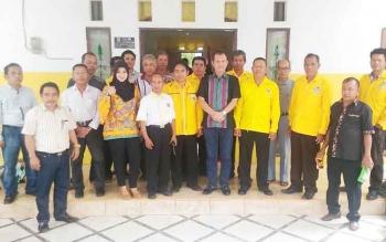 Bakal Calon Bupati Gumas Jaya S Monong foto bersama pengurus Golkar dan simpatisan seusai menyerahkan berkas pendaftaran, Kamis (11/5/2017)