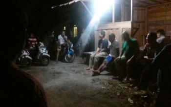 Suasanya pertemuan puluhan warga Wengga IV Kasongan yang hendak menggelar patroli rutin setiap malam, Rabu (10/5/2017)