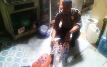 Polisi mengamankan pelaku penjual miras bersama barang bukti miras lokal jenis arak