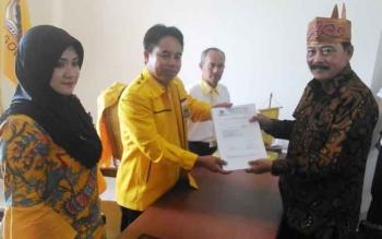 Yansen Binti menyerahkan berkas pendaftaran kepada ketua panitia pelaksana penjaringan pendaaftaran bakal calon bupati dan wakil bupati Partai Golkar Gung Mas, Herbery Y Asin