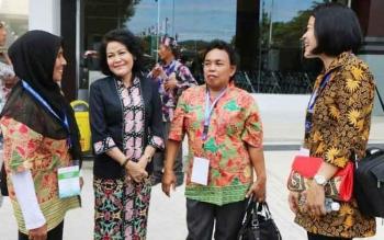 Wakil Bupati Pudjirustaty Narang berbincang dengan peserta Penas KTNA asal Kabupaten Pulang Pisau saat mengikuti pentupan Penas KTNA ke XV di Stadion Harapan Bangsa Lhong Raya, Banda Aceh, Kamis (11/5/2017).