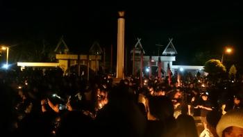 Ratusan warga Palangka Raya menggelar aksi menyalakan lilin di Tugu Soekarno, Jalan S Parman, Kamis (11/5/2017) malam.