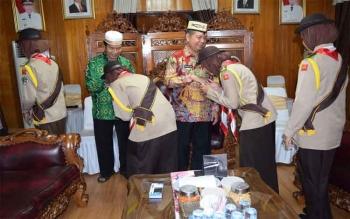 Bupati Kapuas Ben Brahim S Bahat saat melepas peserta Perkemahan Pramuka Madrasah Nasional (PPMN) ke III Tahun 2017.