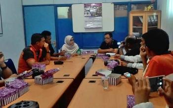Direktur PDAM Palangka Raya, Tridoyo Kertanegara (depan kanan) memberikan keterangan pers kepada sejumlah awak media terkait pembersihan jaringan air PDAM, Jumat (12/5/2017).