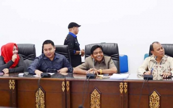 Anggota DPRD Barito Utara, Rosy Wahyuni, Helma Nuari Fernando, H Purman Jaya, dan H tajeri saat mengikuti rapat pembahasan bersama eksekutif.