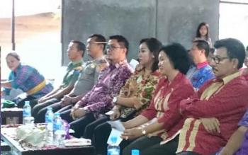 Wakil Bupati Gunung Mas Rony Karlos (empat kanan) dan istrinya Hera Maretina menghadiri perayaan Hari Raya Haring Kaharingan bersama masyarakat Kecamatan Tewah, Jumat (12/5/2017).