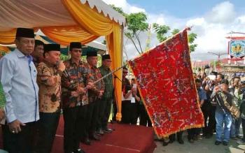 Gubernur Kalimantan Tengah, H. Sugianto Sabran didampingi Bupati Murung Raya, Perdie M Yoseph saat melepas peserta pawai ta\\\'aruf, di Kota Puruk Cahu, Murung Raya, Sabtu (13/5/2017).
