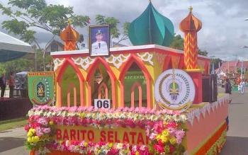 Mobil hias Kafilah Barito Selatan saat mengikuti pawai Ta'aruf pada Seleksi Tilawatil Quran (STQ) XXI tingkat Provinsi Kalimantan Tengah, di Puruk Cahu, Kabupaten Murung Raya, Sabtu (13/5/2017).