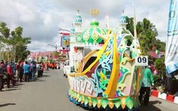Mobil hias Kafilah Kabupaten Katingan saat tampil pada acara pawai taaruf
