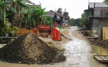 Jalan Sangkurun bagian hulu di Kuala Kurun yang mulai dilakukan perbaikan oleh Dinas PU Kabupaten Gunung Mas