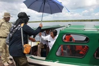 Menteri LHK Siti Nurbaya terlihat hendak turun dari speedboat usai mengunjungi Taman Nasional Sebangau, Sabtu (13/5/2017)