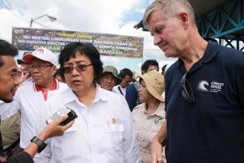 Menteri Lingkungan Hidup dan Kehutanan, Siti Nurbaya didampingi Executive Director UN Environment, Erik Solheim (kanan) dan Plt Sekda Kalteng, Syahrin Daulay (dua dari kiri belakang) memberikan keterangan kepada wartawan, Sabtu (13/5/2017).