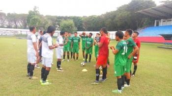 Pelatih Kepala, Kas Hartadi memberikan pengarahan kepada tim Kalteng Putra sebelum menjajal Stadion Gajahmada Mojosari, Mojokerto, Jawa Timur, Sabtu (13/5/2017) sore.