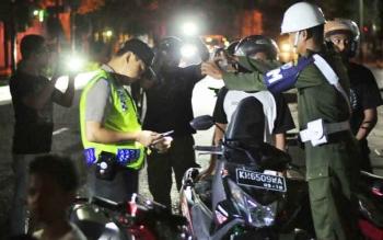 Sejumlah pengendara diperiksa kelengkapan surat kendaraan dan surat izin mengemudi (SIM) saat razia gabungan di Jalan Sutan Syahrir